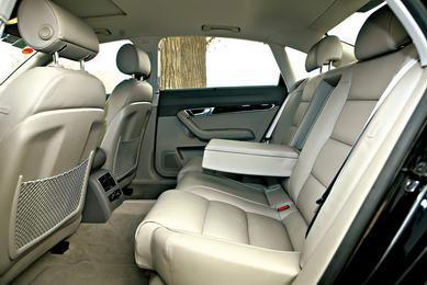 A6L的前排座椅虽然在空间性能上并不逊色,但调节功能少了许多。A6L后排座椅空间虽然也可以称作奢侈,但单一的坐姿略显简单