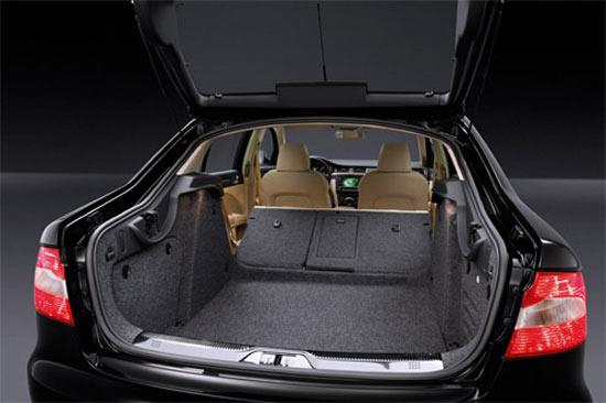 昊锐的行李舱可以向掀背车一样开启,并且通过可折叠后排座椅,可以提供565升至1670升的行李舱容积