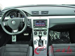 R36整体布局与迈腾相似,不过用料差别非同小可。车厢内还有许多不常见的超强配件,衬托出R36性能车的特性。