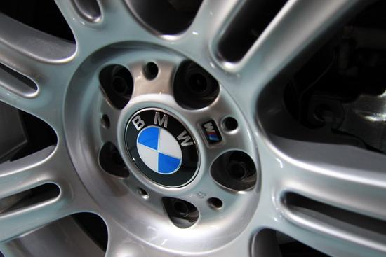 图为宝马325i M运动型加入了M标志的轮毂