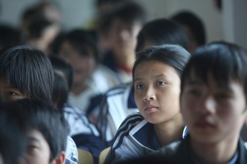 永修县立新中学的同学们聚精会神的聆听着来自北京环保专家的精彩演讲