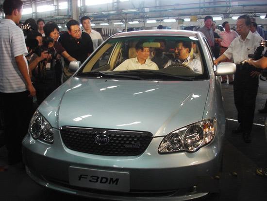温总理试乘F3DM双模电动车并详细询问工作原理、研发情况