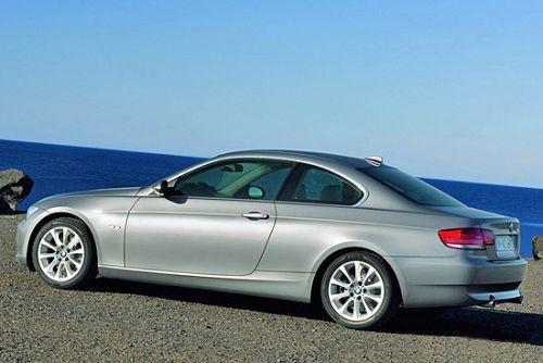 图为 BMW3系双门轿车