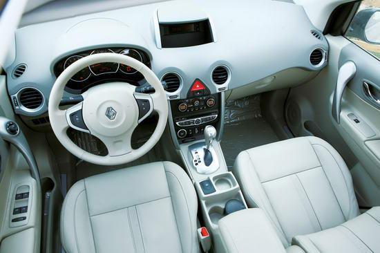 雷诺科雷傲车内色调搭配清闲,细节工艺也能令人满意