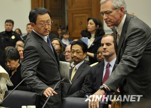 2月24日,在美国首都华盛顿国会众议院,丰田公司总裁丰田章男(左)出席听证会。当天,美国国会众议院监督和政府改革委员会就丰田召回事件举行听证会。新华社记者 张军 摄