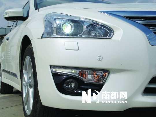 <p>源自日产370Z的飞梭造型头灯辨识性颇强。</p>