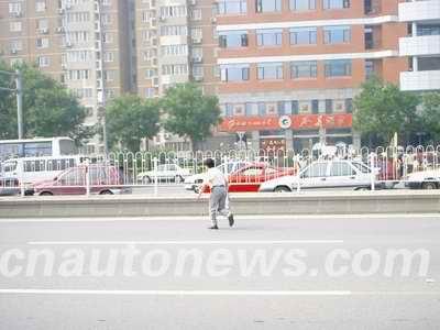 中国汽车报:驾驶人为违章行人买单公平吗?