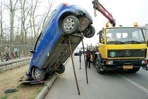 """司机走神撞倒标杆POLO车""""倒立""""高速路边"""
