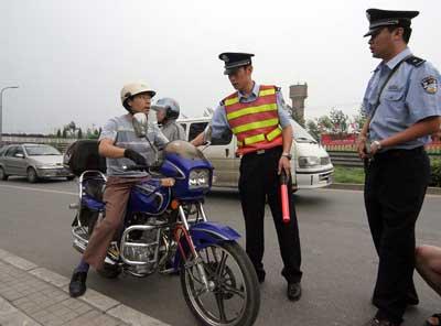 北京严查三无摩托车 加油须出示驾驶证(图)
