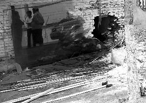 轿车蛇行撞房2死3伤司机疑为酒后驾车