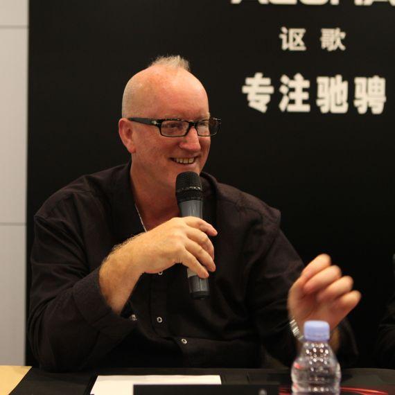 新浪汽车群发讴歌全球创意总监Dave Marek