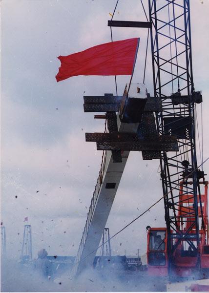 上海通用汽车金桥生产基地打下了第一根桩