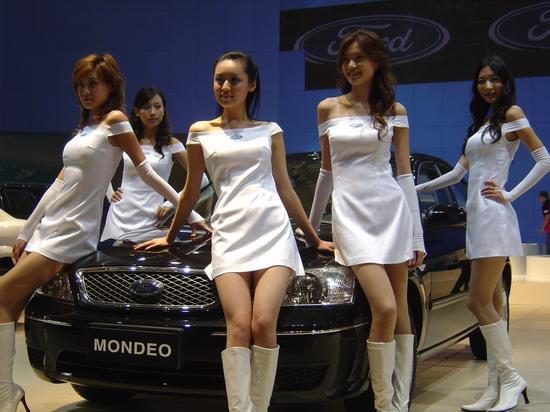 第四届中国国际汽车模特大赛获奖模特在长春汽博会福特展台