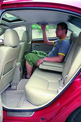 前座头部空间略显不足,尤其是天窗版车型