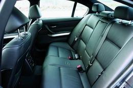 桶形座椅的包裹性极佳,还有电动调节的侧向腰背部支撑,在激烈运动中能够保证驾驶者的身体稳定