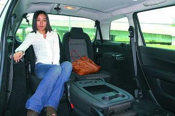 前排座椅多向可调,并带扶手