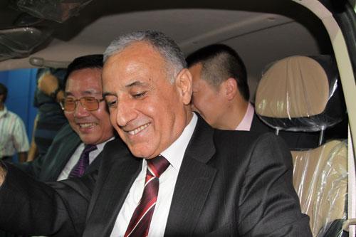 叙利亚交通部副部长马哈茂德在展厅试驾熊猫