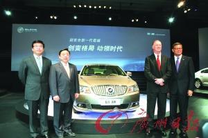 在发布会上,上汽集团、通用中国及上海通用领导与新君越合影。