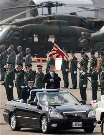日本首相麻生太郎乘坐的阅兵车是日本国内专供元首检阅的特制车型――丰田皇冠敞篷车