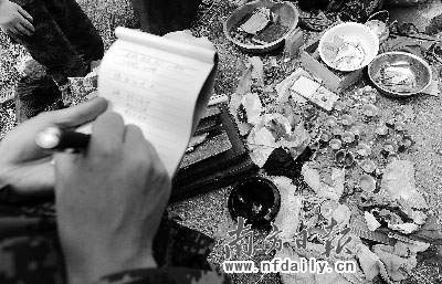武警救灾人员在清点从废墟中抢救出的文物