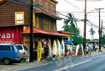 欧胡岛上,到处都是冲浪用品商店。