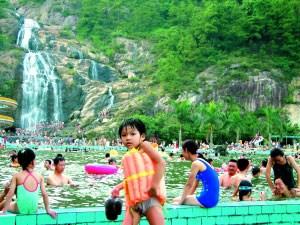 暑假,不妨让孩子们走出去游山玩水,亲近自然避暑的同还能大开眼界。信息时报记者 黄亦民 摄