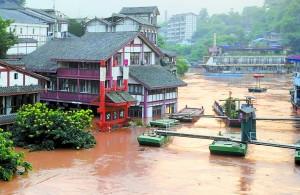 昨日,被洪水围困的磁器口古镇。记者 杨新宇 摄