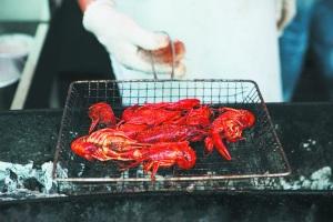 海边的海鲜烧烤十分诱人,但有经验的游客更倾向在市内吃饭