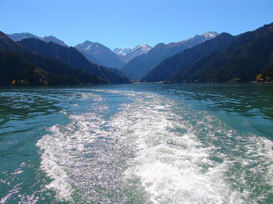 乘游艇在湖面上行驶,一阵阵凉风吹来,暑气全消。(图:彩虹桥)