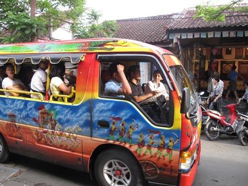 巴厘岛-巴厘岛街头的公车,色彩非常鲜艳