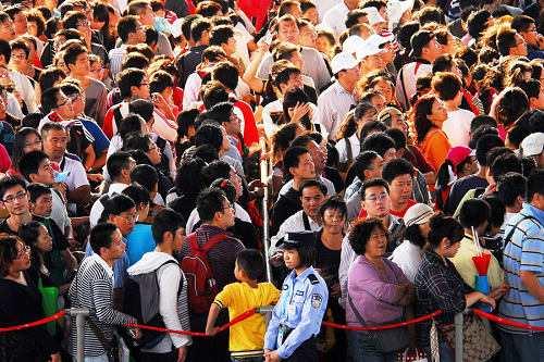 世博园内拥挤的游客
