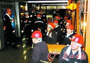 游客在地下300多米的休息室等待乘坐矿车。