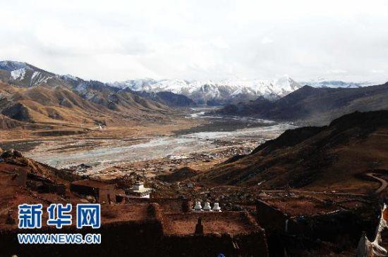 这是从青海省玉树藏族自治州州囊谦县境内高山上俯瞰扎阿曲的风景