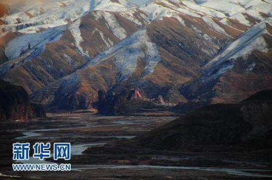 这是扎阿曲流经青海省玉树藏族自治州州囊谦县境内时呈现的网状水系景观
