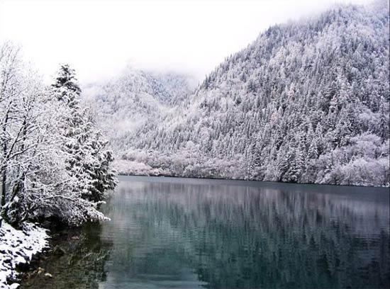冬季的九寨沟风景别致 浓妆淡抹总相宜