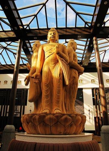 售票处大厅中高耸的佛祖造像