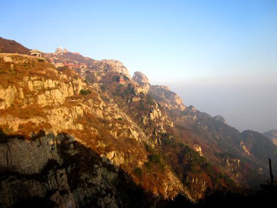 和巍峨壮丽的泰山相比,其他的一切都是那样的渺小。