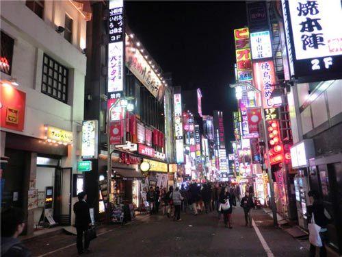 相对于干净整洁的东京来说,这里的卫生的确显得脏了些,也许是世界各民族人种聚集于此的原因