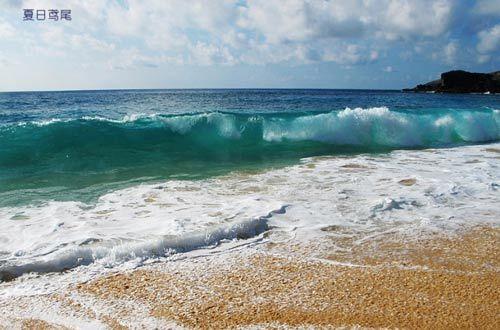 海浪清澈透明呈现翡翠色