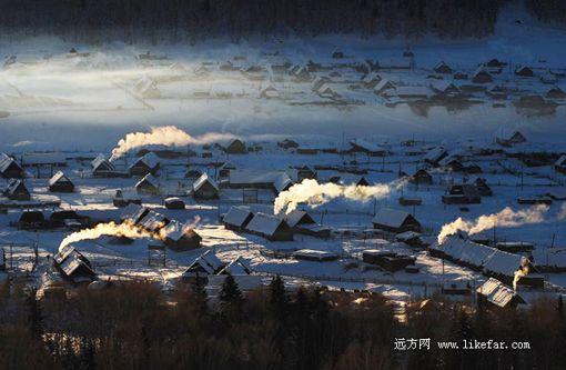 图瓦人的民居炊烟袅袅 摄影:于仲涛