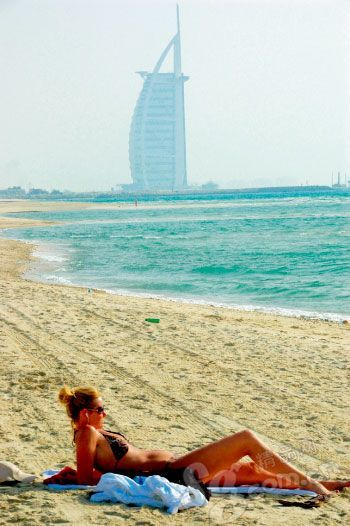 比基尼女郎在七星酒店的沙滩上晒日光浴