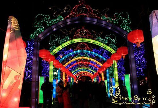 靠近趵突泉南门的花灯长廊。