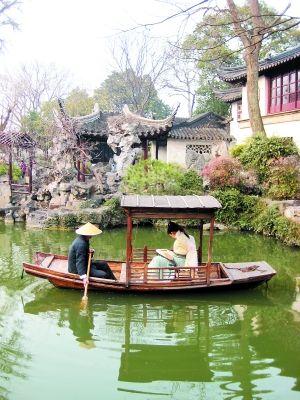园区的演员为游客表演评弹,昆曲等。