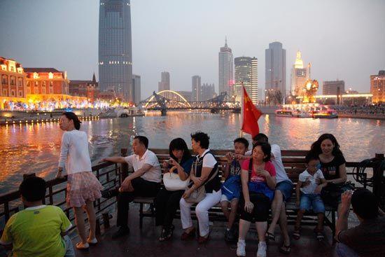 乘游艇赏海河夜色