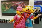 重庆展台前的大玩偶