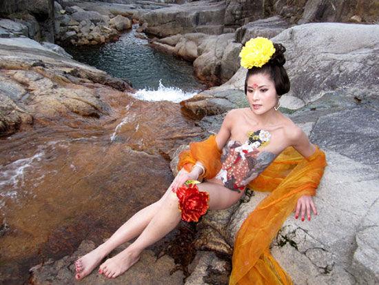 人体艺术18岁b_黄山芙蓉谷:人体彩绘去庸俗存艺术(图)