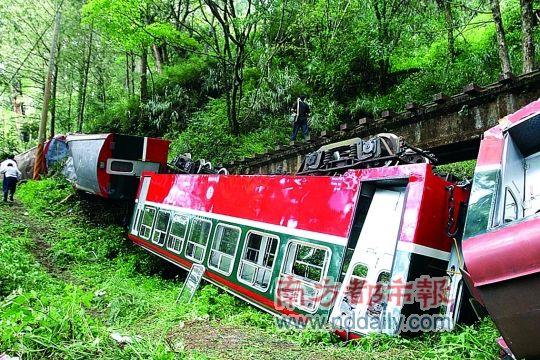 阿里山小火车被断裂的巨大楠木树干砸翻了两节车厢,有两节脱轨。 新华社发