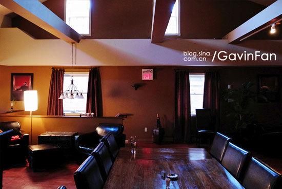 城中有一家很CHIC的餐厅,包豪斯风格的高顶建筑,纽约大都会的简约装修风格,只有两张餐桌,最近突然喜欢上这样只有两三张餐桌的餐厅。
