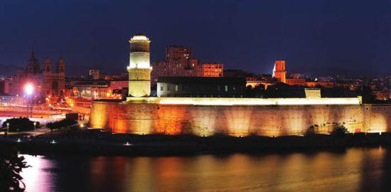 夜幕下的马赛老港