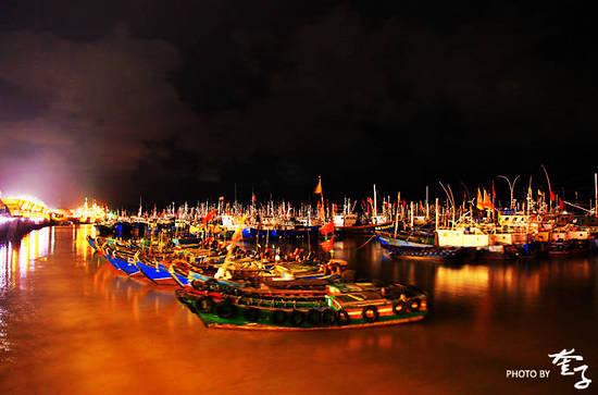 海港的夜色是令人迷恋的